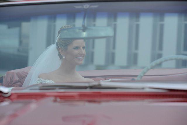 noiva no carro vermelho