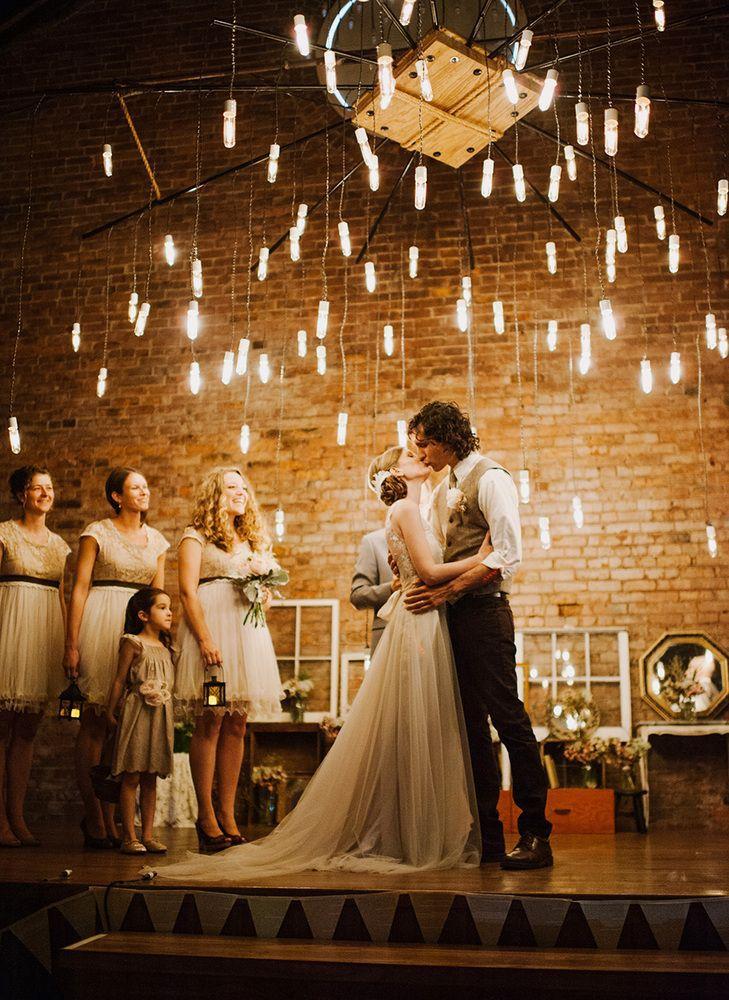 81086bb2fa4abc3e53e7da7b8432a35c 10 formas de iluminar seu casamento com luzinhas