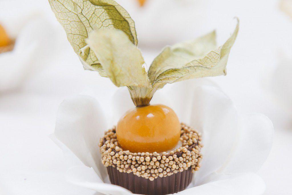 Physalis (copinho de chocolate com creme branco e uma physalis)