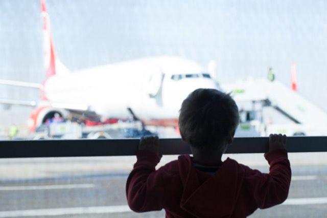 Menino olhando aviões