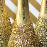 Glitter em tudo: garrafas e taças de champagne