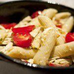 {Prato do fim de semana} Salada de Penne, Frango desfiado, Mussarela de búfala, Tomate cereja e Molho pesto