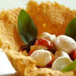 Salada caprese em cesta de queijo