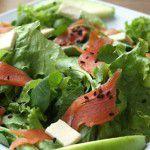 Salada de salmão com gergelim preto