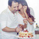 Cerimônia civil em casa e bolo feito pelos noivos