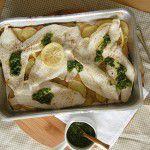 Peixe assado com batatas e salsa verde