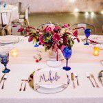 Moderno e romântico: casamento em marsala e azul