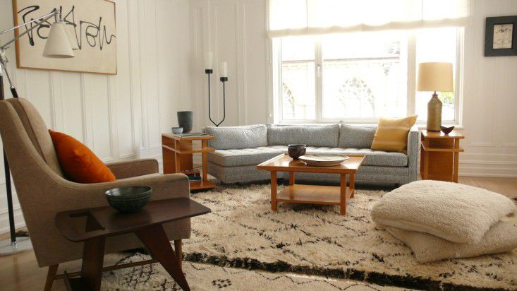 2Michaels-Design-Living-Room-with-Shag-Rug-and-Gray-Sofa-and-Modern-Artwork-Remodelista Cantinho do conforto