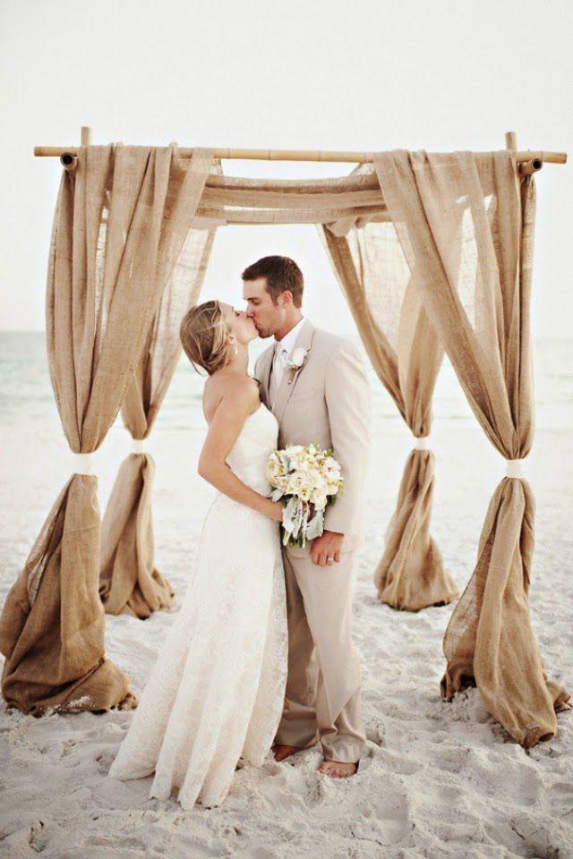 casamento_na_praia_terno_palet_vestido_de_noiva_cora_de_flores_noiva_sapato_bonito_namorados_par_perfeito_casamento Trajes do noivo para o verão!