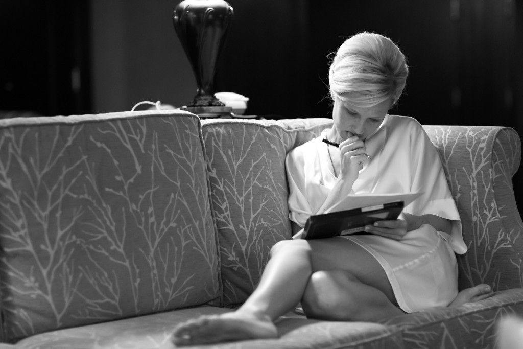 244-authentic-documentary-wedding-thinking-bride-sitting-writing-letter-note-to-groom-black-white-bw-photo-2011-1024x683-1024x683 Vocês aceitam ser nossos padrinhos? Mensagens inspiradoras para esse convite especial!