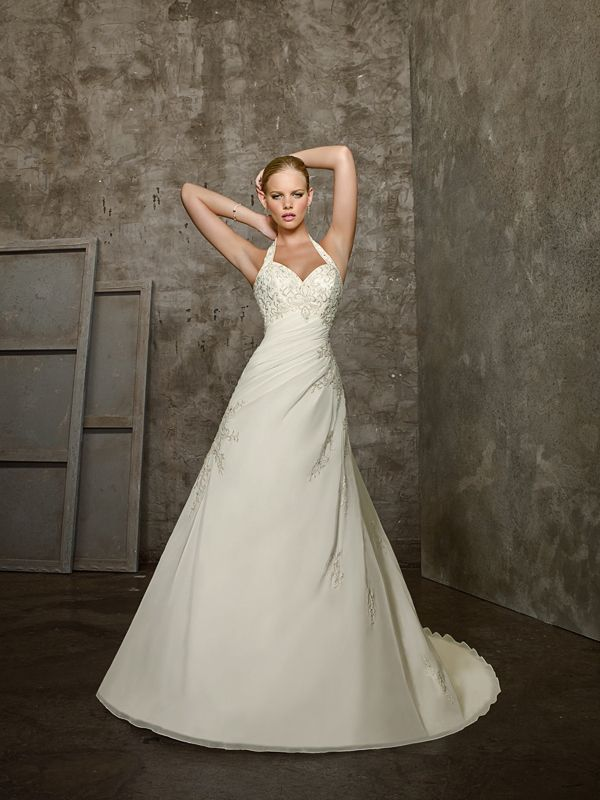 A-Line-with-Halter-Neckline-and-Lace-Up-Closure-Wedding-Dress-AW-2677 Como escolher o decote certo para o vestido?