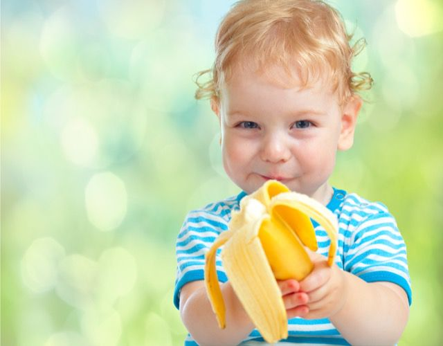 bebê comendo banana