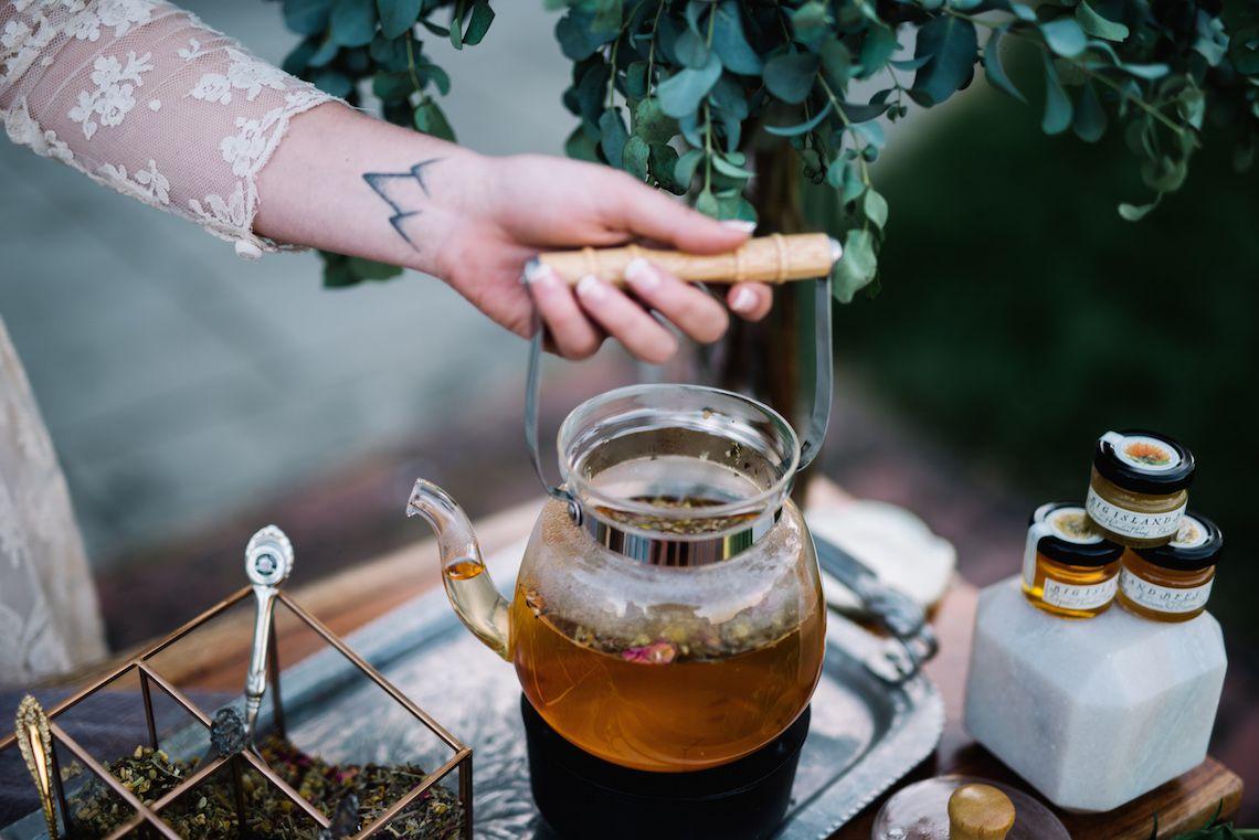 Tea-Bar-Wedding-Inspiration-by-Lauren-Love-Photography-and-Cheryl-Sullivan-Events-14 Inspiração orgânica do casamento: chás e folhagens