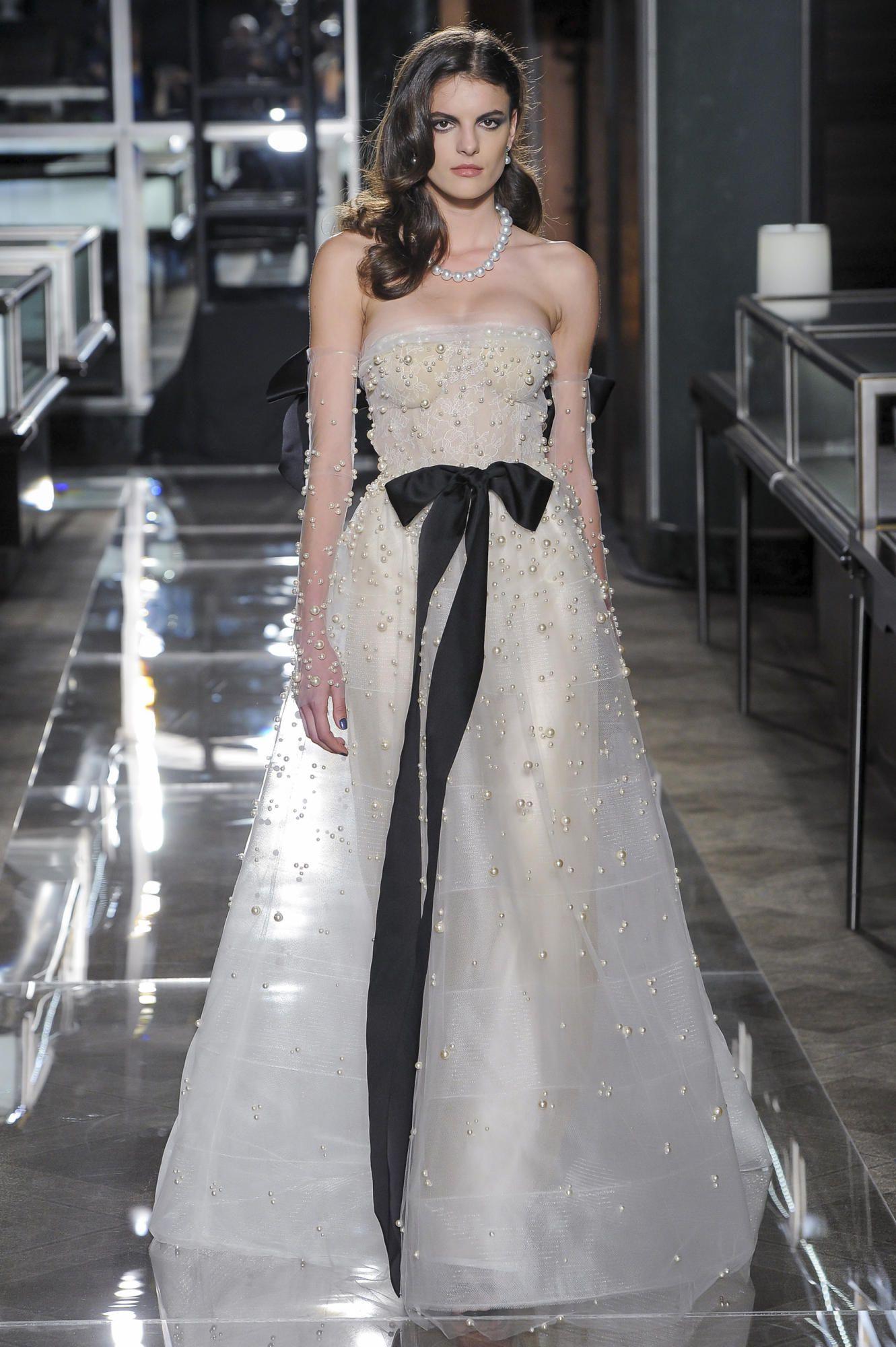 reem-acra-spring-2018-pearl-gown Tendências de vestidos de noiva para 2018