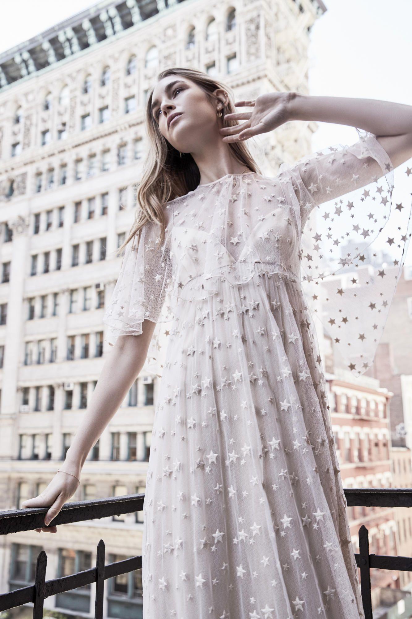 savannah-miller-spring-2018-bridal-stars-cape-dress Tendências de vestidos de noiva para 2018
