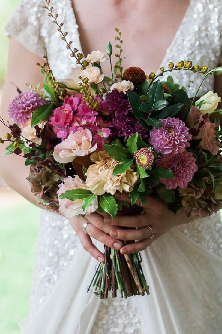 Geometric-Wedding-Inspiration-Burgundy-Gold-Bouquet Inspiração geométrica em um Lindo MiniWedding