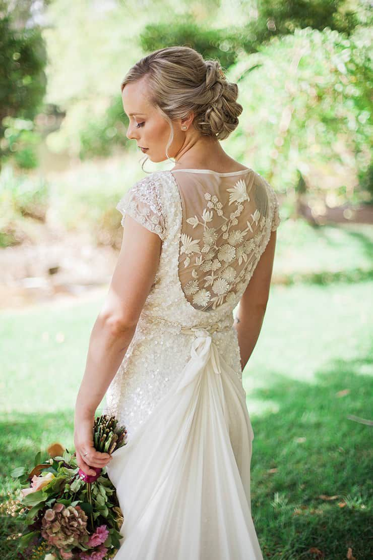 Geometric-Wedding-Inspiration-Burgundy-Gold-Bride-Dress Inspiração geométrica em um Lindo MiniWedding