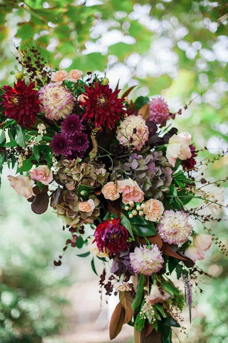 Geometric-Wedding-Inspiration-Burgundy-Gold-Ceremony-Arbour-Flowers Inspiração geométrica em um Lindo MiniWedding