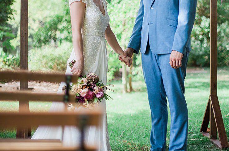 Geometric-Wedding-Inspiration-Burgundy-Gold-Ceremony-Couple Inspiração geométrica em um Lindo MiniWedding
