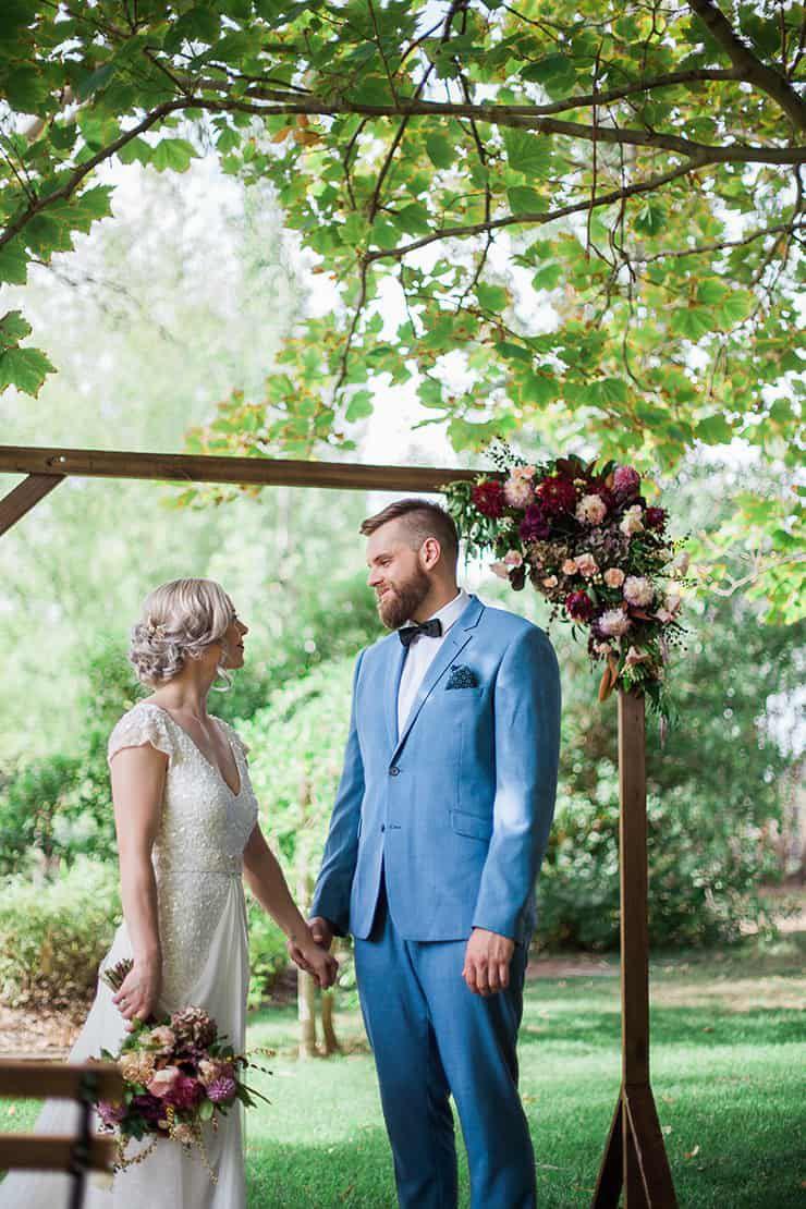 Geometric-Wedding-Inspiration-Burgundy-Gold-Ceremony-Groom Inspiração geométrica em um Lindo MiniWedding