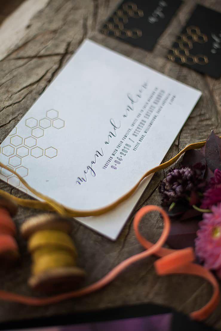 Geometric-Wedding-Inspiration-Burgundy-Gold-Invitation-Detail Inspiração geométrica em um Lindo MiniWedding