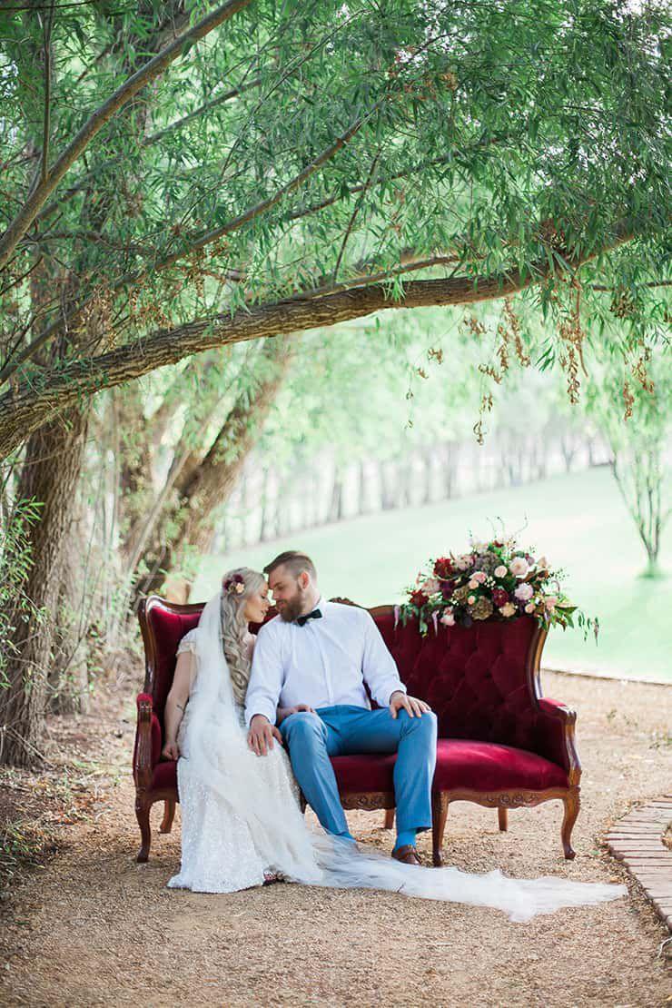 Geometric-Wedding-Inspiration-Burgundy-Gold-Lounge-Couple-2 Inspiração geométrica em um Lindo MiniWedding