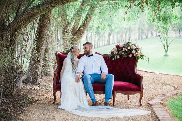 Geometric-Wedding-Inspiration-Burgundy-Gold-Lounge-Couple-3 Inspiração geométrica em um Lindo MiniWedding