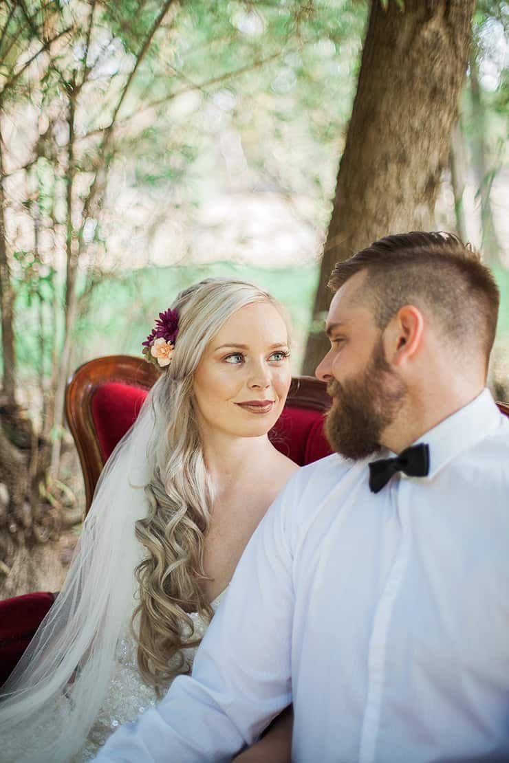 Geometric-Wedding-Inspiration-Burgundy-Gold-Lounge-Couple Inspiração geométrica em um Lindo MiniWedding