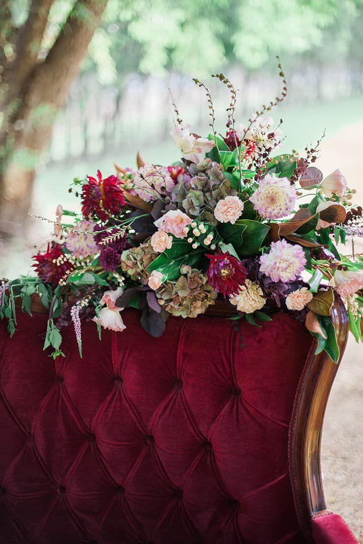 Geometric-Wedding-Inspiration-Burgundy-Gold-Lounge-Flowers Inspiração geométrica em um Lindo MiniWedding
