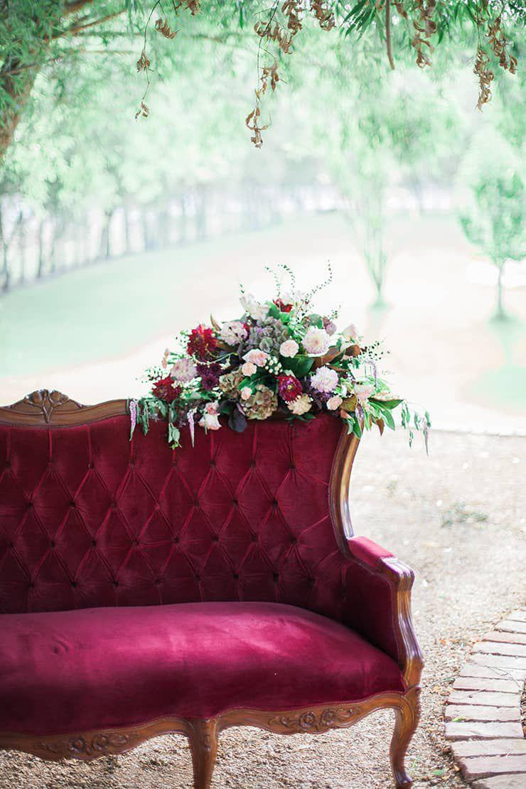 Geometric-Wedding-Inspiration-Burgundy-Gold-Lounge Inspiração geométrica em um Lindo MiniWedding