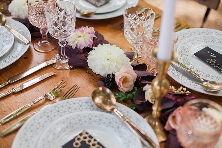 Geometric-Wedding-Inspiration-Burgundy-Gold-Reception-Centrepiece Inspiração geométrica em um Lindo MiniWedding
