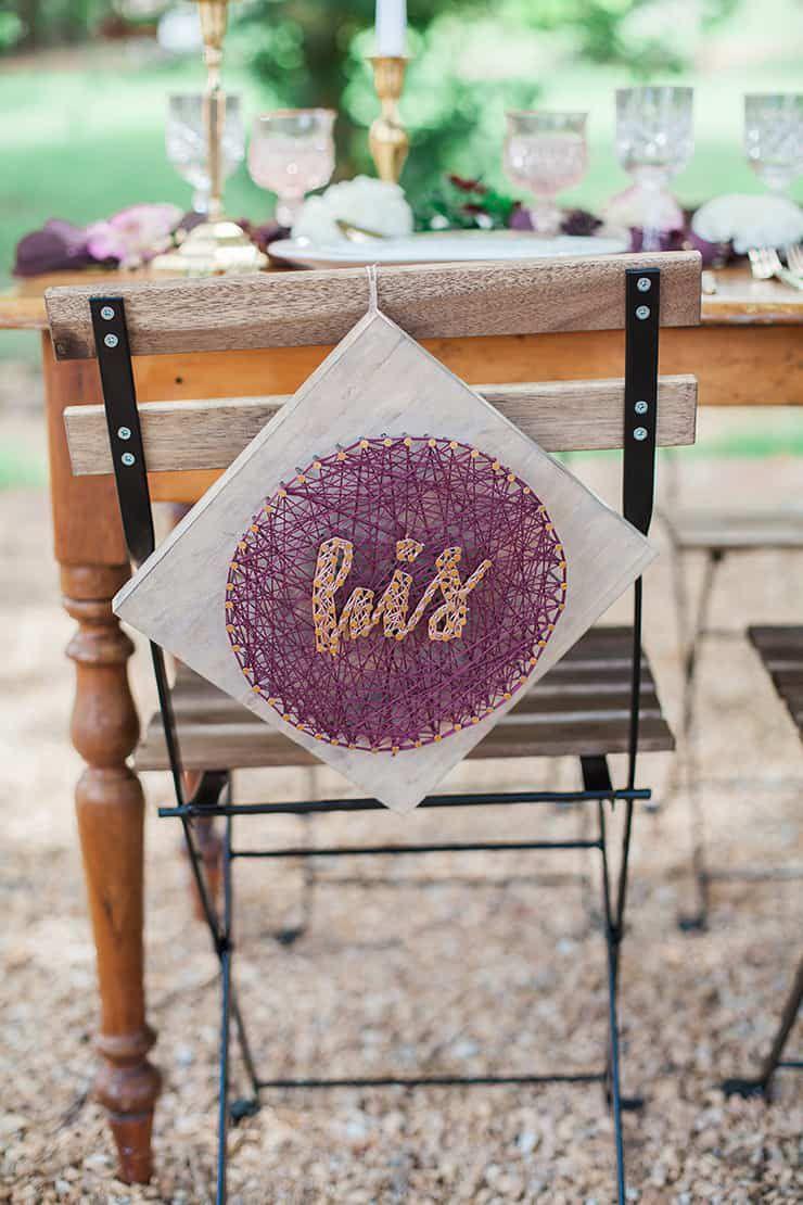 Geometric-Wedding-Inspiration-Burgundy-Gold-Reception-Chair-Decor Inspiração geométrica em um Lindo MiniWedding