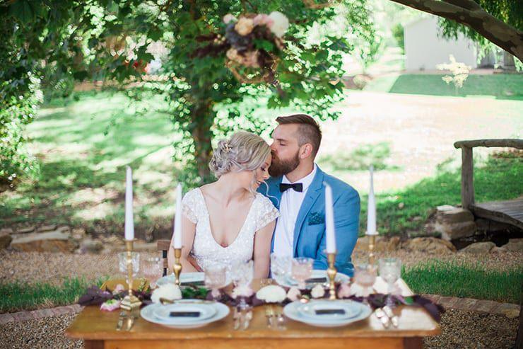 Geometric-Wedding-Inspiration-Burgundy-Gold-Reception-Couple-2 Inspiração geométrica em um Lindo MiniWedding