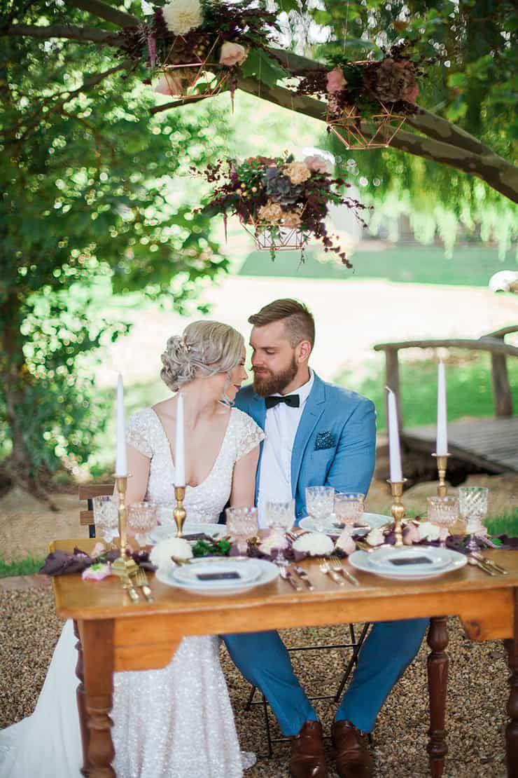 Geometric-Wedding-Inspiration-Burgundy-Gold-Reception-Couple-3 Inspiração geométrica em um Lindo MiniWedding