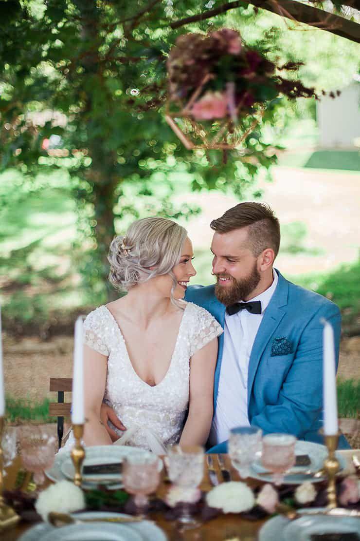Geometric-Wedding-Inspiration-Burgundy-Gold-Reception-Couple Inspiração geométrica em um Lindo MiniWedding