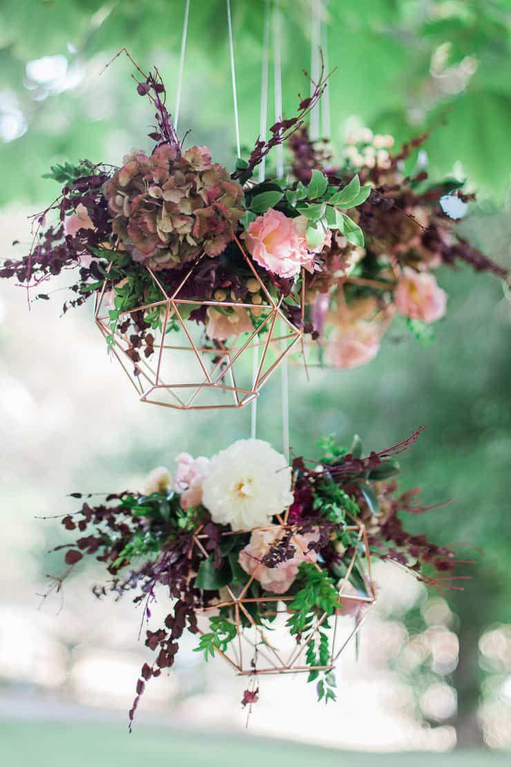 Geometric-Wedding-Inspiration-Burgundy-Gold-Reception-Flowers Inspiração geométrica em um Lindo MiniWedding