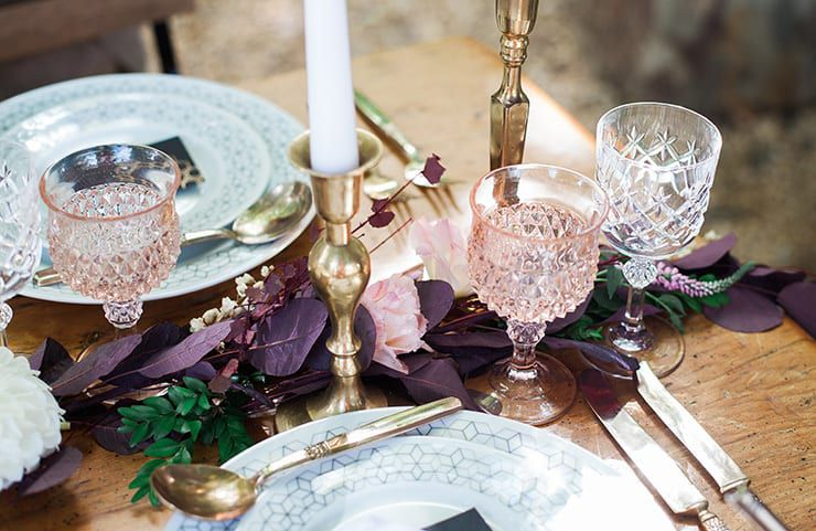 Geometric-Wedding-Inspiration-Burgundy-Gold-Reception-Glassware Inspiração geométrica em um Lindo MiniWedding