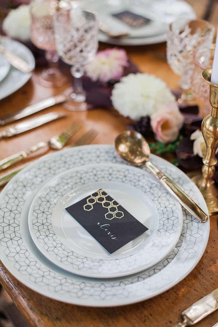 Geometric-Wedding-Inspiration-Burgundy-Gold-Reception-Place-Setting-2 Inspiração geométrica em um Lindo MiniWedding