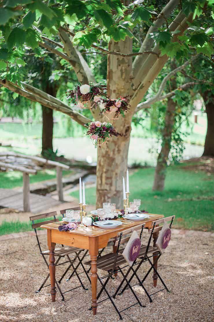 Geometric-Wedding-Inspiration-Burgundy-Gold-Reception-Space Inspiração geométrica em um Lindo MiniWedding