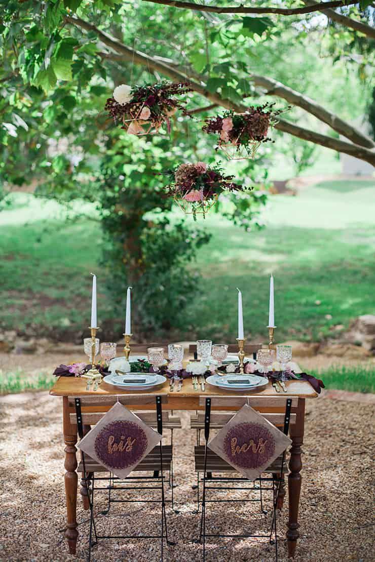 Geometric-Wedding-Inspiration-Burgundy-Gold-Reception-Styling-2 Inspiração geométrica em um Lindo MiniWedding