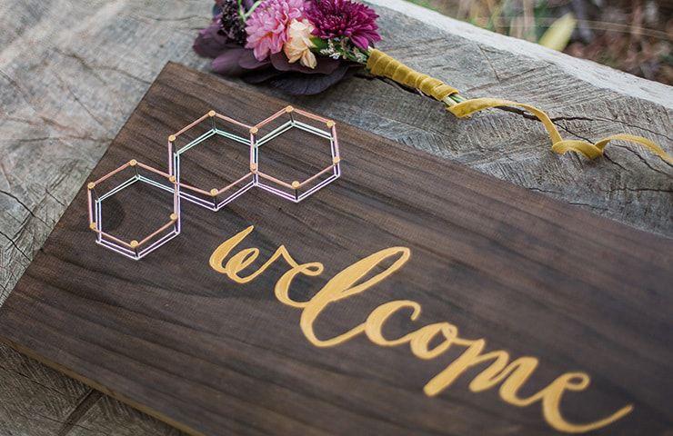 Geometric-Wedding-Inspiration-Burgundy-Gold-Welcome-Sign Inspiração geométrica em um Lindo MiniWedding