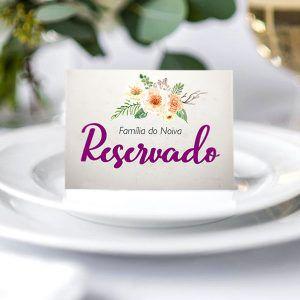 Plaquinha reservado em cima dos pratos