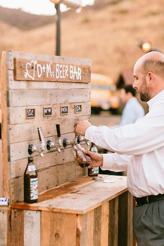 servindo-chopp-no-casamento Cerveja no casamento: tudo o que você precisa saber!