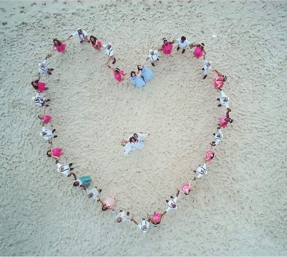 pose de coração com madrinhas e padrinhos