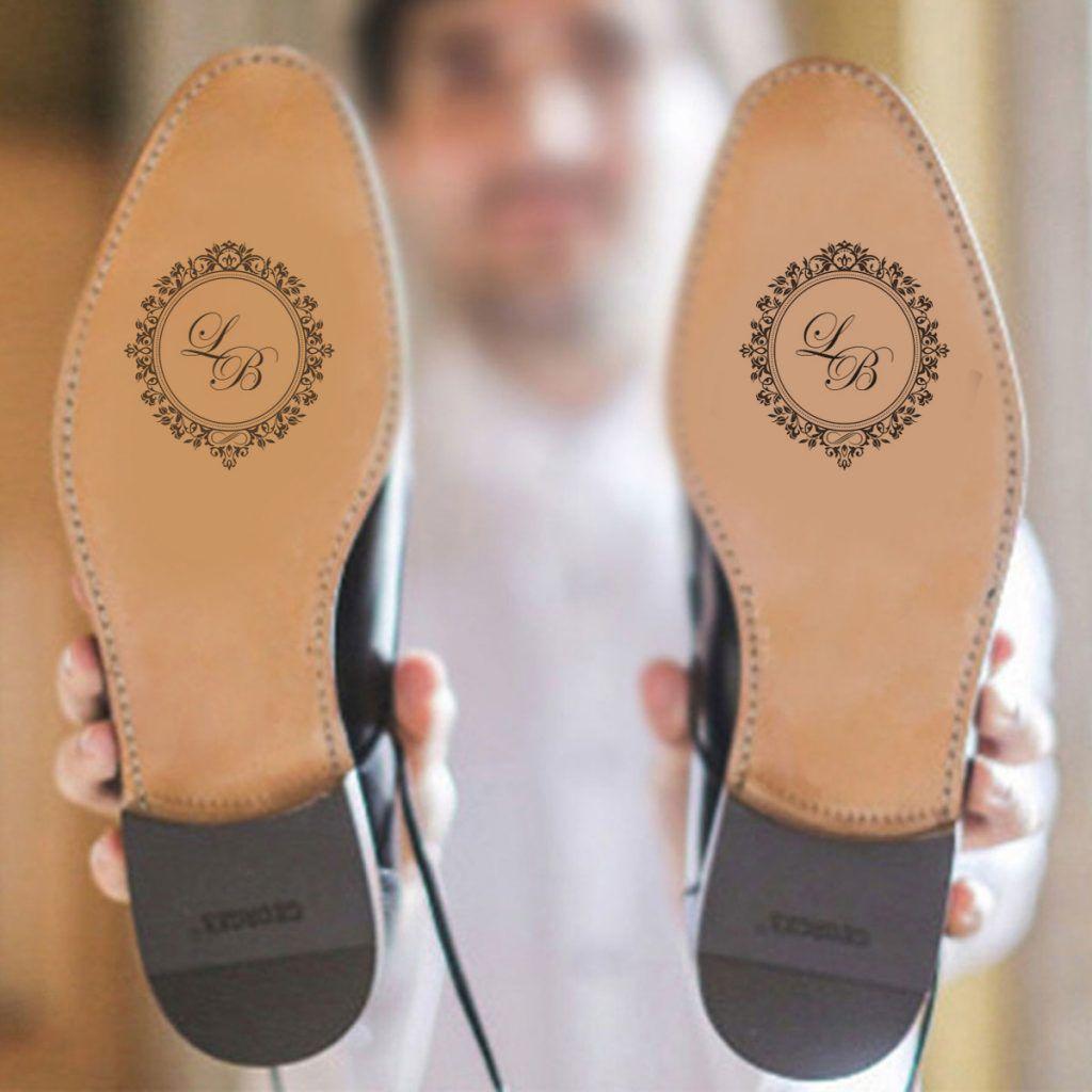 adesivo de sapato de noivo com as iniciais