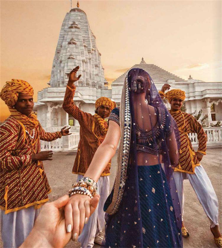 Com dançarinos indianos em Birla Mandir, Jaipur - Follow Me Project by Murad Osmann