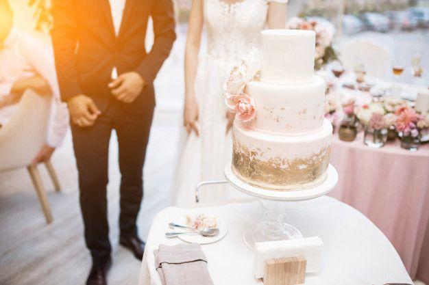 bolo-de-casamento-de-corte-casal-casamento Bolo de casamento o destaque da mesa de doces