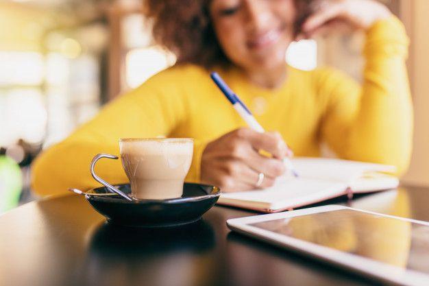 jovem-mulher-afro-no-cafe-ela-esta-escrevendo-em-um-caderno-closeup-de-um-cafe_1187-10310 Diário da noiva: motivos para fazer o seu