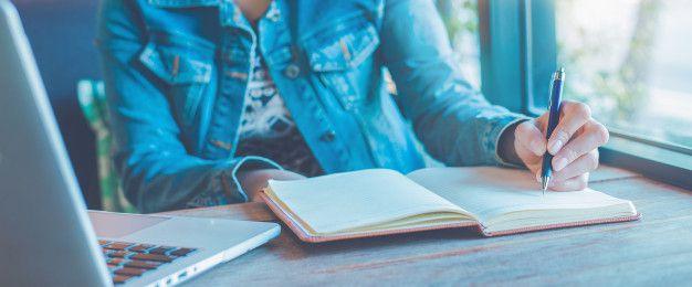 mao-de-uma-mulher-esta-escrevendo-no-caderno-com-uma-caneta-no-escritorio_35708-1089 Diário da noiva: motivos para fazer o seu