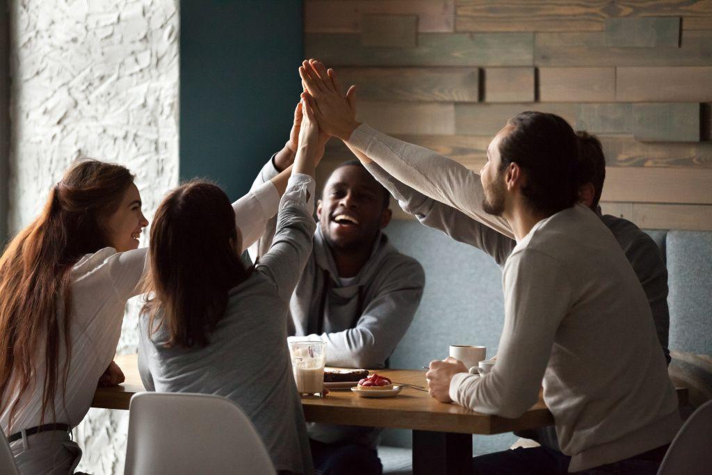 diverse-excited-best-friends-giving-high-five-together-cafe-meeting-1024x683 Como decorar uma cerimônia de forma simples e elegante | Minimalismo